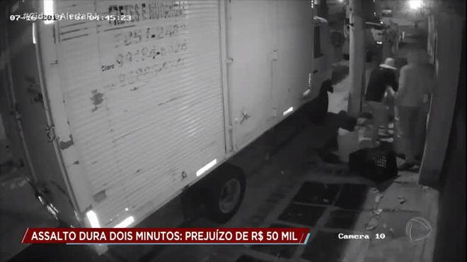 Câmeras de segurança registraram assalto a produtor cultural no RJ