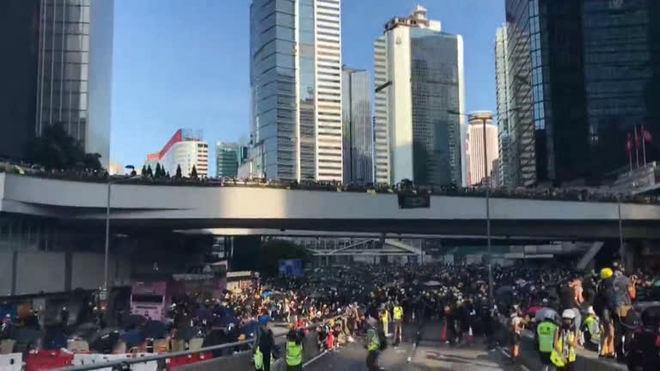 Protestos em Hong Kong: Grevistas montam barricadas e bloqueios