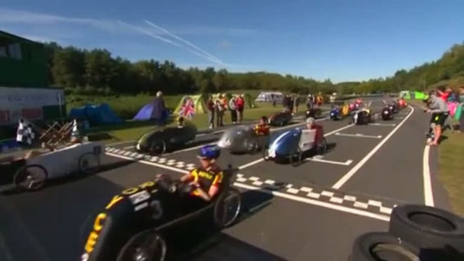 Pilotos testam resistência em corrida de carros a pedal