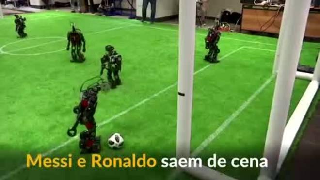 Messi e Ronaldo saem de cena, entram robôs para uma jogada