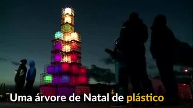 Cidade na Estônia adota árvore de Natal feita de plástico
