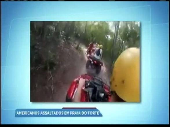 Vídeo: grupo de turistas americanos é assaltado em Praia do Forte (BA)
