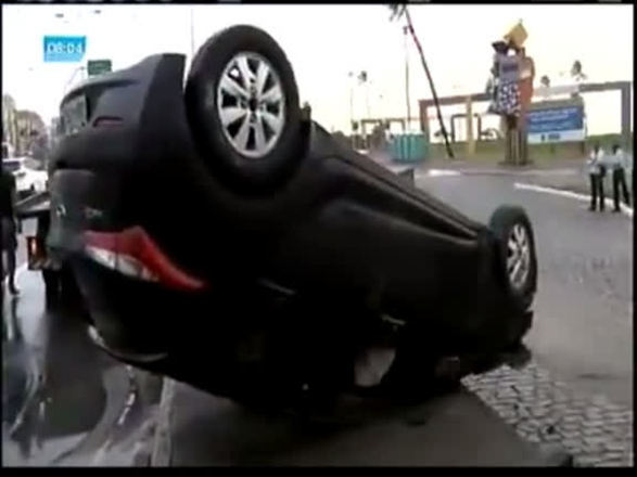 Motorista perde controle do veículo e capota carro na Pituba