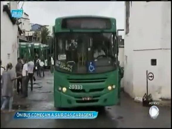 Após atrasar saída das garagens, coletivos voltam a circular em Salvador