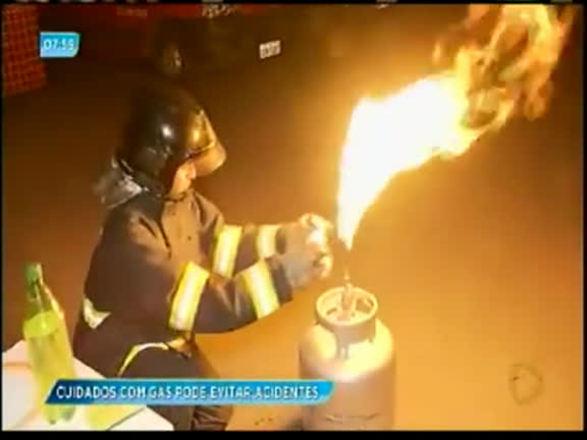 Bombeiros orientam como evitar acidentes com o botijão de gás; assista