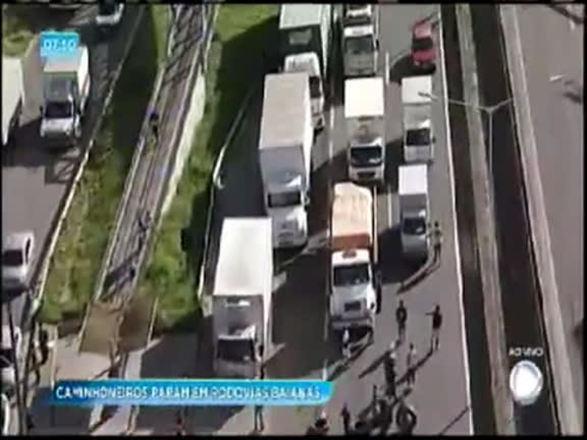Caminhoneiros protestam em rodovias baianas contra valor do diesel; assista