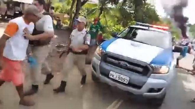 Vídeo: manifestante é baleado por PM no interior da Bahia