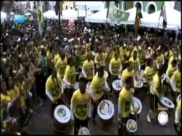 Vídeo: Olodum anima torcida no Centro Histórico de Salvador