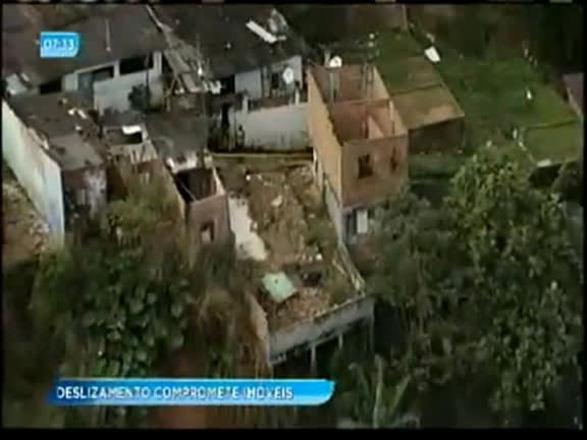 Deslizamento de terra compromete imóveis no Subúrbio de Salvador; assista