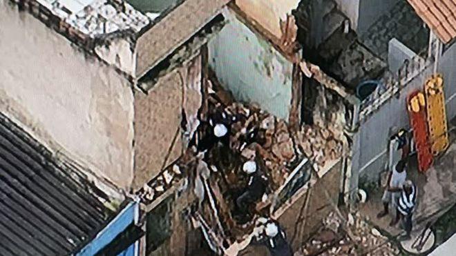 Adolescente é soterrado em desabamento de casa no Subúrbio de Salvador