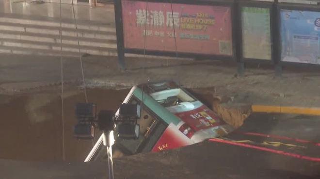 Cratera se abre, engole ônibus e mata 6 na China. Veja vídeo