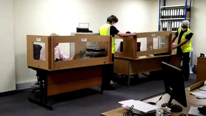 Empresa cria divisória de papelão para separar mesas em escritórios