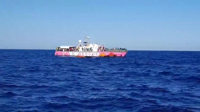 Navio humanitário recebe autorização para atracar em porto na Itália
