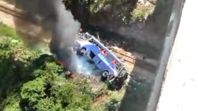 Ônibus de turismo cai de viaduto em MG; veja imagens