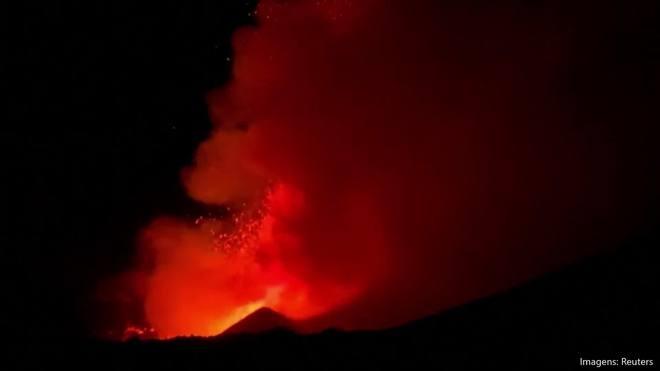 Etna entra em erupção e expele lava e cinzas na Itália