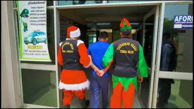 Vestidos de Papai Noel e elfo, policiais invadem casa no Peru