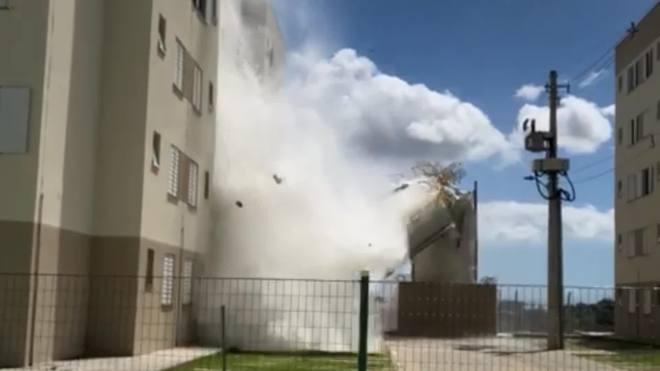 Caixas D'água desabam no ES e moradores são retirados de prédio