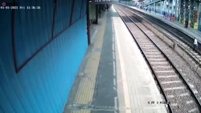 Homem é salvo por pouco de ser atropelado por um trem na Índia