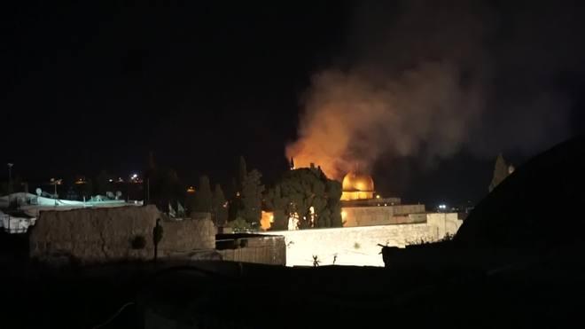 Esplanada das Mesquitas, em Jerusalém, é vista pegando fogo