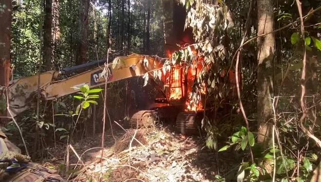 Operação da PF estoura garimpo ilegal e queima maquinário no Pará