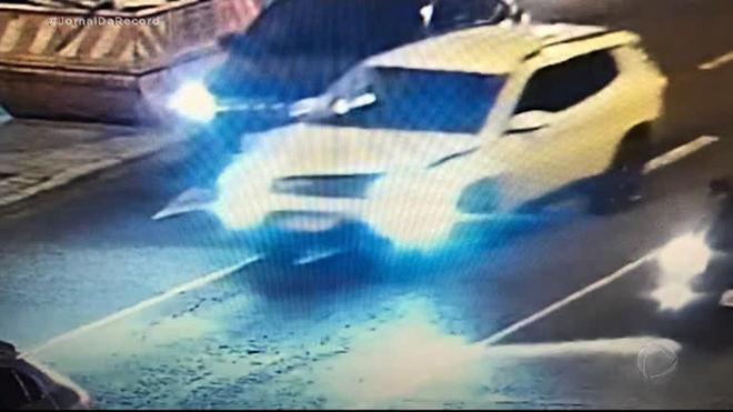 Imagens de câmera de monitoramento ajudam polícia a identificar suspeito que atropelou morador de rua em Porto Alegre