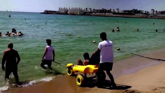 Barcelona ajuda banhistas com deficiências a se divertirem no mar