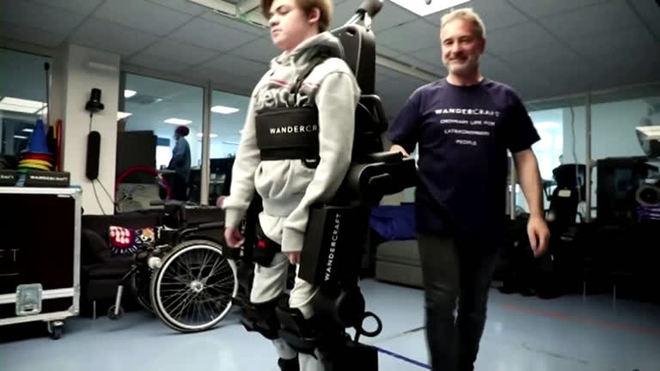 Pai constrói exoesqueleto para ajudar filho cadeirante a caminhar