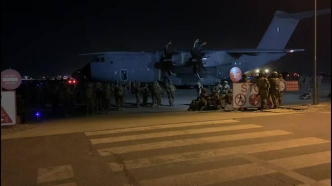 Exército dos EUA assume o controle do aeroporto de Cabul