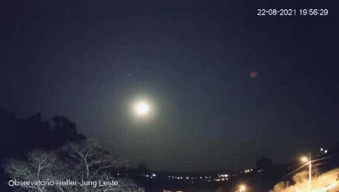 Lua e planeta Júpiter são flagrados em uma mesma imagem