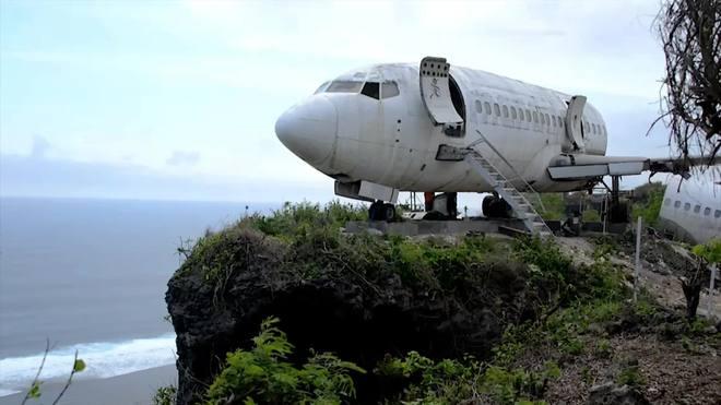 Boeing 737 é exposto no alto de um penhasco na Indonésia