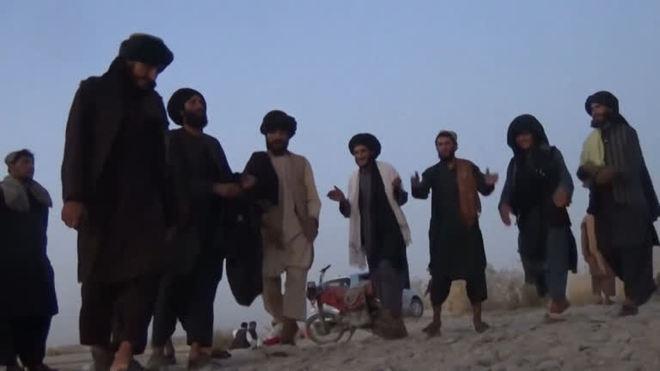 Membros do Talibã são vistos dançando às margens de um rio