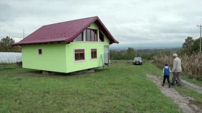 Homem constrói casa giratória para agradar a esposa na Europa