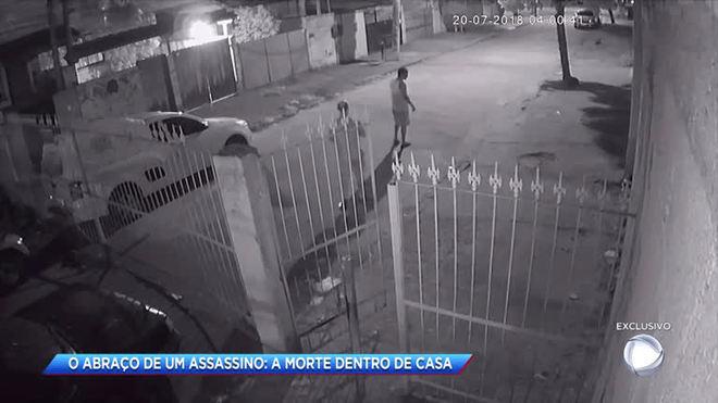 Câmeras de segurança flagram suspeito de assassinar homem em Bangu