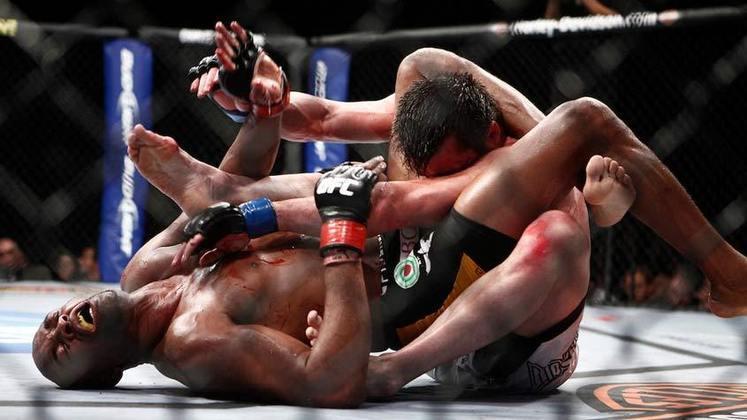 1ª. Anderson Silva x Chael Sonnen (UFC 117) - Em agosto de 2010, foi preciso muita força e resiliência para Anderson Silva bater Sonnen, no primeiro confronto entre eles. Com uma costela quebrada, o Spider sofreu e resistiu durante quatro rounds e, quando a luta se encaminhava para a vitória de Sonnen, o brasileiro o imobilizou faltando apenas 3 minutos para o fim