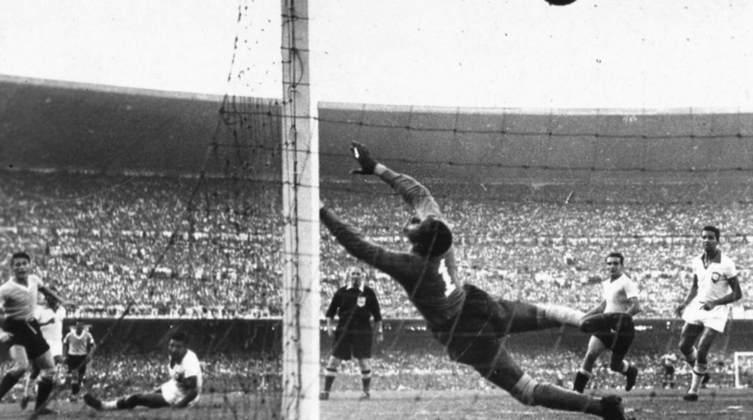 1 - Brasil 1x2 Uruguai (1950) - Após excelente campanha no Mundial de 50, a seleção foi derrotada na decisão, em pleno Maracanã, por 2 a 1 com o fatídico gol do uruguaio Ghiggia. O famoso 'Maracanazo' foi por muitas décadas considerado a maior derrota da seleção brasileira em Copas até o 7 a 1.