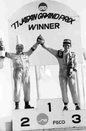 1º e 2º no GP do Japão de 1977, James Hunt e Carlos Reutemann foram embora do circuito mais cedo. Apenas Patrick Depailler esteve na cerimônia.