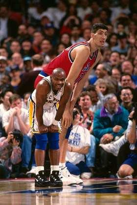 1- Gheorge Muresan (2,31 metros) - O romeno foi o mais alto a atuar na NBA. Muresan passou por Washington Bullets e New Jersey Nets entre 1993 e 2000, com médias de 9.8 pontos, 6.4 rebotes e 1.5 bloqueios. Eleito o jogador que mais evoluiu em 1996, ele participou do filme Meu Gigante Favorito, em 1998