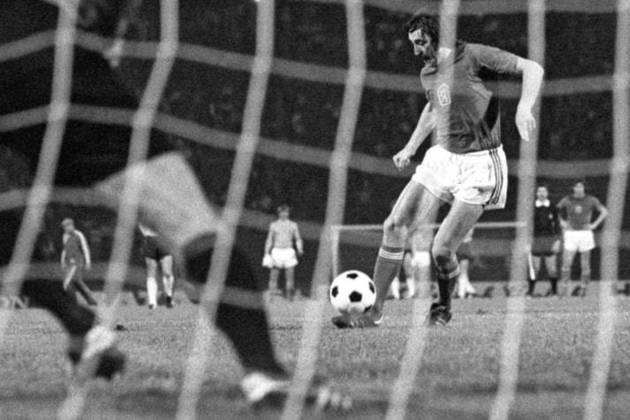 1) Para abrir a nossa lista, vamos falar da Alemanha na Eurocopa de 1976. A seleção ficou na liderança do grupo 8, com três vitórias e três empates, e foi para as quartas para enfrentar a Espanha, quando empatou uma e venceu outra (1 a 1 e 2 a 0). Nas semis, empatou por 2 a 2 no tempo normal com a Iugoslávia e, na prorrogação, fechou o placar em 4 a 2. Na final, enfrentou a Tchecoslováquia e empatou por 2 a 2. Na decisão dos pênaltis, os alemães acabaram perdendo por 5 a 3.