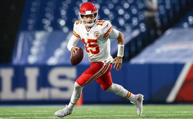 1. Patrick Mahomes (Kansas City Chiefs): Apesar da melancólica derrota no último Super Bowl, é difícil olhar para outra direção que não seja a de Patrick Mahomes. O jovem quarterback dos Chiefs, em três anos como titular, já chegou a três finais de conferência e dois Super Bowls, vencendo um deles.