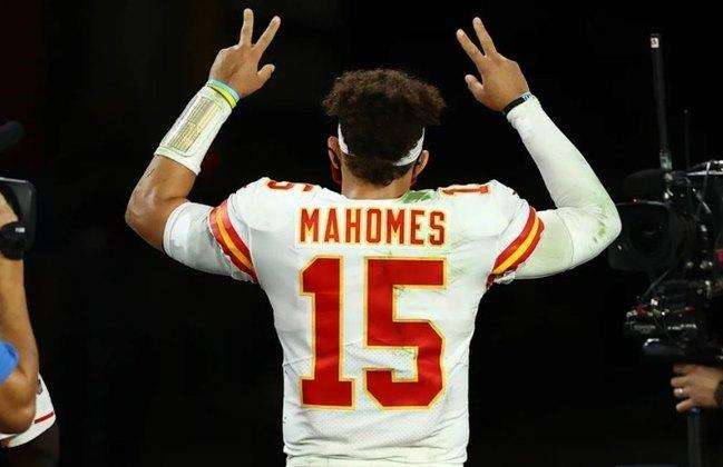 1º Patrick Mahomes: O QB dos Chiefs faz sua temporada mais 'limpa' em seus três anos como titular. Poucos turnovers, lidera em jardas aéreas e brilha com 30 touchdowns.