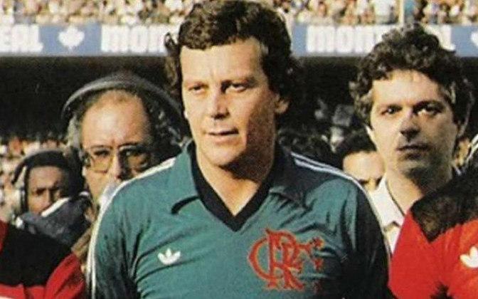 1  - Raul - Raul Guilherme Plassmann (27/9/1944, Antonina-PR). O Top1. O cara. Chegou ao Flamengo em 1978 já veterano, cheio de conquistas pelo Cruzeiro de Tostão & Cia (foram 577 jogos pela Raposa entre 1965 e 1977). Arqueiro que não se destacava pelas defesas espetaculares, mas por ter senso de colocação ímpar e quase não falhar. Virou unanimidade, retornou para a Seleção (algumas partidas) e ,com ele no gol, o Flamengo ganhou tudo: quatro cariocas, três brasileiros, uma Libertadores e um Mundial. São 227 jogos pelo Mengo e dono do lugar mais alto do pódio.