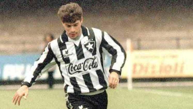 1º - Túlio - Ninguém marcou mais gols do que Túlio nos Brasileirões dos anos 90. E com sobra. Revelado pelo Goiás, nos anos 80, sendo artilheiro de uma edição já em 1989, o centroavante fez história com a camisa do Botafogo na década seguinte. Artilheiro em 94 e em 95, Túlio foi o único jogador a marcar mais de 100 gols no Brasileiro entre 1990 e 1999. A grande maioria deles com a camisa do Glorioso (passou também por Corinthians, Vitória, Fluminense e Cruzeiro). Túlio marcou 106 gols no campeonato nos anos 90.
