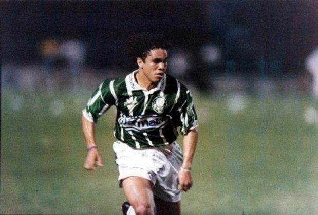 10º - Alex Alves - Mais um baiano revelado pelo Vitória, Alex Alves fez parte do elenco Rubro-Negro finalista do Brasileirão em 93. Acabou perdendo o título para o Palmeiras, que contrataria Alex logo depois. Nos anos 90, o atacante ainda defenderia Juventude e Portuguesa, antes de brilhar pelo Cruzeiro em 1999, onde foi vice-artilheiro do Brasileiro. Ao todo, entre 90 e 99, Alex Alves marcou 50 gols na competição nacional.