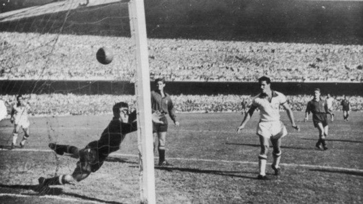 10 - Brasil 6x1 Espanha (1950) - Uma das maiores exibições da seleção brasileira em Copas do Mundo, a partida válida pelo quadrangular final do mundial de 50 trouxe euforia e esperança aos torcedores, que sonhavam em conquistar o seu primeiro título, sobretudo em casa. No entanto, o título só veio oito anos depois.