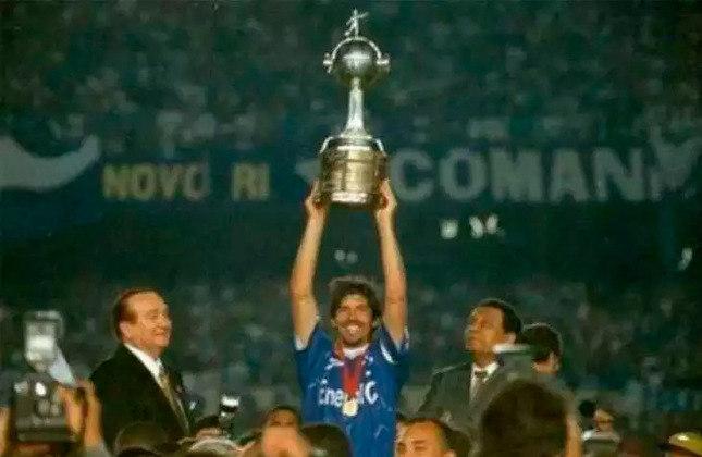 10 - Cruzeiro   O Cruzeiro encerra a participação brasileira no ranking. A Raposa acumula 95 vitórias em 166 jogos. O clube mineiro é bicampeão da Libertadores e seu último título (representado pela imagem) foi em 1997, quando venceu o Sporting Cristal no segundo jogo da final por 1 a 0, após ter empatado na ida por 0 a 0.