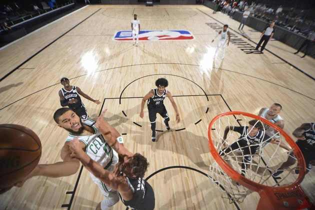 10- Jayson Tatum (Boston Celtics): 19 pontos, cinco em oito nos arremessos de três. O astro não precisou de muito para fazer estrago diante de um frágil Brooklyn Nets. Em apenas 18 minutos, Tatum comandou o Celtics ao segundo triunfo nos quatro jogos disputados em Orlando. A equipe de Massachusetts venceu por 149 a 115