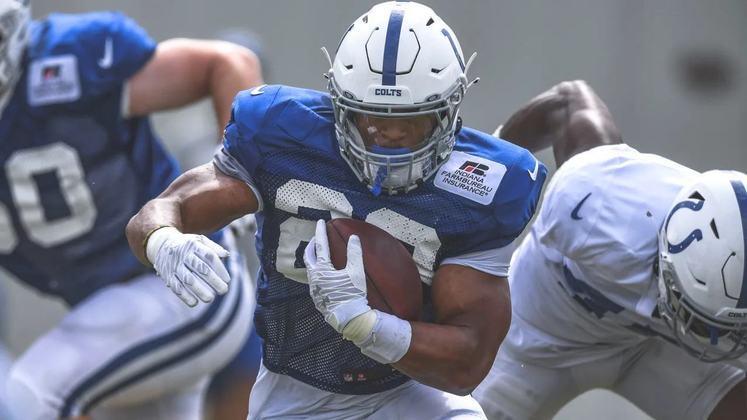 10. Jonathan Taylor (Indianapolis Colts): Merecidamente, Taylor é o primeiro calouro que chega ao nosso top 10, tendo sido o 3º da NFL em jardas terrestres no ano passado, com 1247. Ele também teve o incrível total de 11 TDs terrestres, e uma média excelente de jardas por tentativa (5,0). Com a poderosa OL dos Colts, a expectativa é que ele tenha uma função ainda mais ampla em 2021.