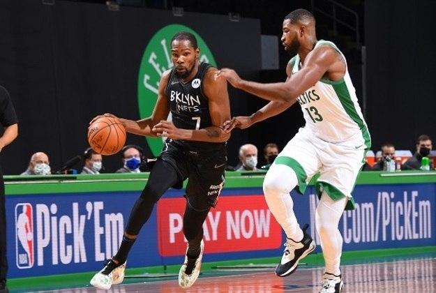 #10 Kevin Durant - Jogador de basquete - Idade: 32 anos - Ganho total: 75 milhões de dólares.