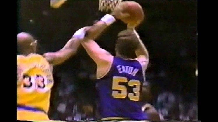 10- Mark Eaton (2,24 metros) - Dono da maior marca de média de bloqueios em uma única temporada, com 5.56 por jogo, Mark Eaton passou toda a carreira no Utah Jazz. O pivô parou de jogar em 1993, aos 36 anos, com médias de 6.0 pontos, 7.9 rebotes e 3.5 tocos em 875 partidas