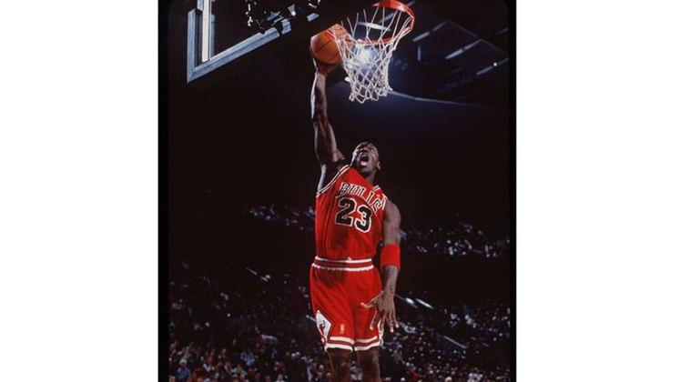 10- Michael Jordan (seis títulos): Considerado o maior jogador de basquete de todos os tempos, Michael Jordan venceu seis títulos e foi eleito o melhor jogador das finais em todas as oportunidades.  Encerrou a carreira prematuramente, em 1993, após ser três vezes campeão. mas voltou atrás um ano e meio depois, após passagem ruim pelo beisebol. Retornou às quadras com três campeonatos conquistados. Aposentou-se mais uma vez até que, em 2001, resolveu voltar, agora pelo Washington Wizards, passagem que durou dois anos